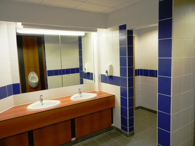 Garons Pool - Male WC